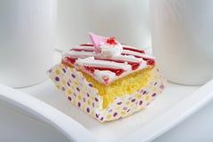 Erdbeerscharfer Kuchen lizenzfreies stockbild