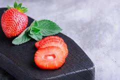 Erdbeerscheiben und -minze Lizenzfreies Stockfoto