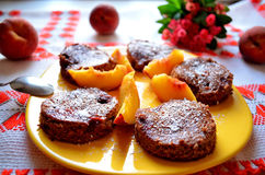 Erdbeerschokoladennachtisch mit Pfirsich Stockfotografie