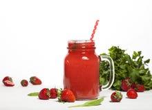 Erdbeersmoothie oder -milchshake in einem Glas auf weißem Hintergrund Stockfotos