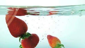 Erdbeerspritzen im Schwarzen stock video footage