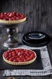 Erdbeertörtchen auf einem Metallstand Hölzerne Tabelle stockfotos