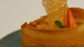 Erdbeertörtchen mit frischer Creme im Blätterteig Kuchen des Blätterteiges mit Erdbeere Nachtisch durch Erdbeere und Kiwi Lizenzfreie Stockfotos