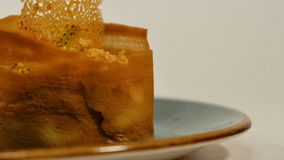 Erdbeertörtchen mit frischer Creme im Blätterteig Kuchen des Blätterteiges mit Erdbeere Nachtisch durch Erdbeere und Kiwi Lizenzfreies Stockbild