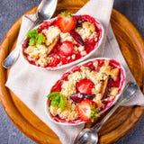 Erdbeertörtchen mit Vanillepudding und Eiscreme stockfotos