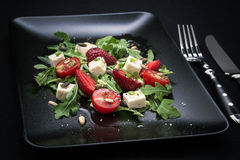 Erdbeertomatensalat, Feta, Olivenöl Stockbilder