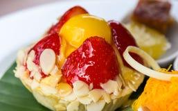 Erdbeertörtchen mit Mandel auf Platte Lizenzfreies Stockbild