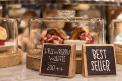 Erdbeerwaffel auf einem Regal in einem Nachtischspeicher Lizenzfreies Stockfoto