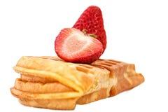 Erdbeerwaffel lokalisiert auf Weiß Lizenzfreie Stockfotos