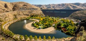 Erddamm auf Boise River in Idaho mit Park im Fall lizenzfreie stockfotografie