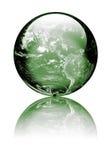 Erde als Kugel des grünen Glases stockfotografie