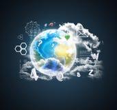 Erde auf abstraktem blauem Hintergrund mit Ikonen Lizenzfreies Stockbild