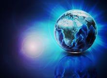 Erde auf abstraktem blauem Hintergrund mit Reflexion Stockbild