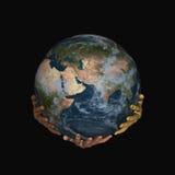 Erde auf Händen - Schwarzes Stockbild