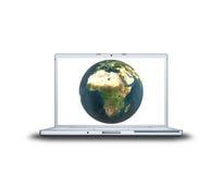 Erde auf Laptopbildschirm Stockfotos