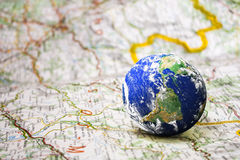 Erde auf Straßenkarte Stockfotografie