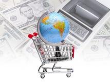 Erde auf Warenkorb mit Taschenrechner und Dollar Hintergrund Lizenzfreies Stockfoto