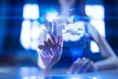 Erde 3D auf virtuellem Schirm Globales Geschäftsstrategiekonzept Internet- und Kommunikationstechnologiekonzept stockbilder