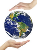 Erde in den Händen Stockfotografie