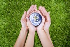 Erde in den Händen Stockbild