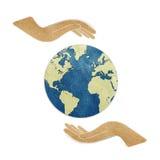Erde in den Händen bereitete Papierfertigkeit auf Lizenzfreies Stockbild
