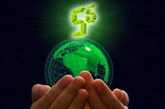 Erde in den menschlichen Händen mit steigendem Symbol 5G Stockbilder