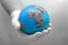 Erde in der Hand stockbild