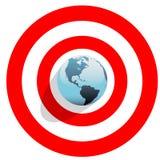 Erde in der Mitte des Stierauges auf rotem Weltziel Stockfotografie