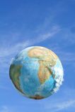 Erde, die in den Himmel schwimmt stockfotografie