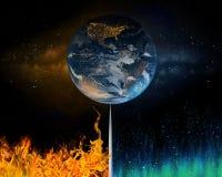 Erde, die zwischen Fossilienbrennstoffen und erneuerbarer Energie balanciert Stockbild