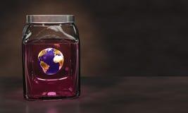 Erde in einem Glas rosa Flüssigkeit Lizenzfreies Stockfoto