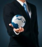 Erde in einer Hand Lizenzfreie Stockfotos