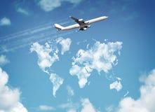Erde, Flugtickets und Pass auf weißem Hintergrund