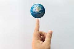 Erde im Fingerpunkt Stockfotos