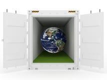 Erde im weißen Ladungbehälter mit Gras Stockbilder