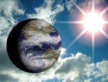 Erde mit Himmel- und Sonneaufflackern Stockfotos