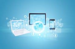 Erde mit Laptop, Tabletten und Smartphone Stockfoto