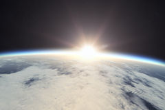 Erde mit Sonnenaufgang im Raum Stockfotografie