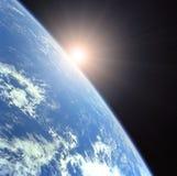 Erde mit steigendem Sun Lizenzfreies Stockfoto