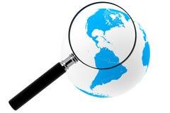 Erde mit Vergrößerungsglas lizenzfreie stockfotografie