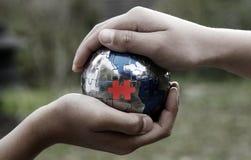 Erde-Puzzlespiel, das Teamwork benötigt stockbild