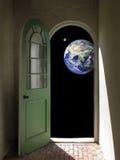 Erde und Mond durch gewölbte Tür Stockfotografie