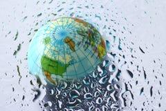 Erde unter Wassertropfen Stockbild