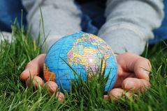 Erde zur Hand stockbilder
