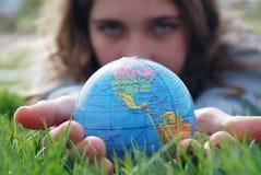 Erde zur Hand Stockbild