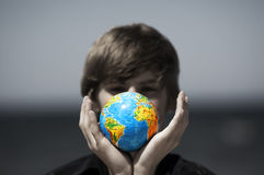 Erdekugel in den Händen. Begriffsbild Stockbilder