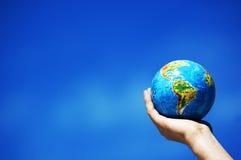 Erdekugel in den Händen. Begriffsbild stockfoto
