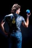 Erdekugel in der Speicherhand des Mannes Stockfotografie