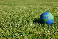 Erdekugel, die Europa im grünen Gras zeigt Stockbild