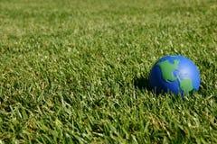 Erdekugel, die USA im grünen Gras zeigt Lizenzfreies Stockbild